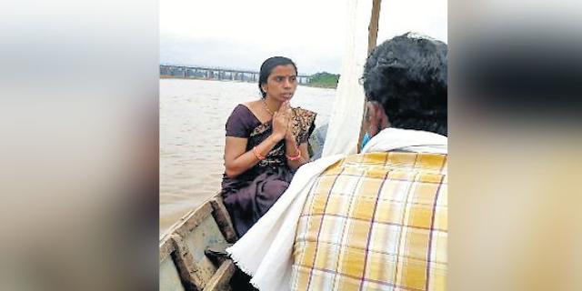 भगवान कृष्ण की दीवानी स्वाति गौर नर्मदा में कूद गई | MP NEWS