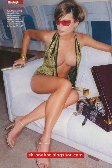 Foto Melania Trump berpakaian seksi sedang duduk di dalam pesawat