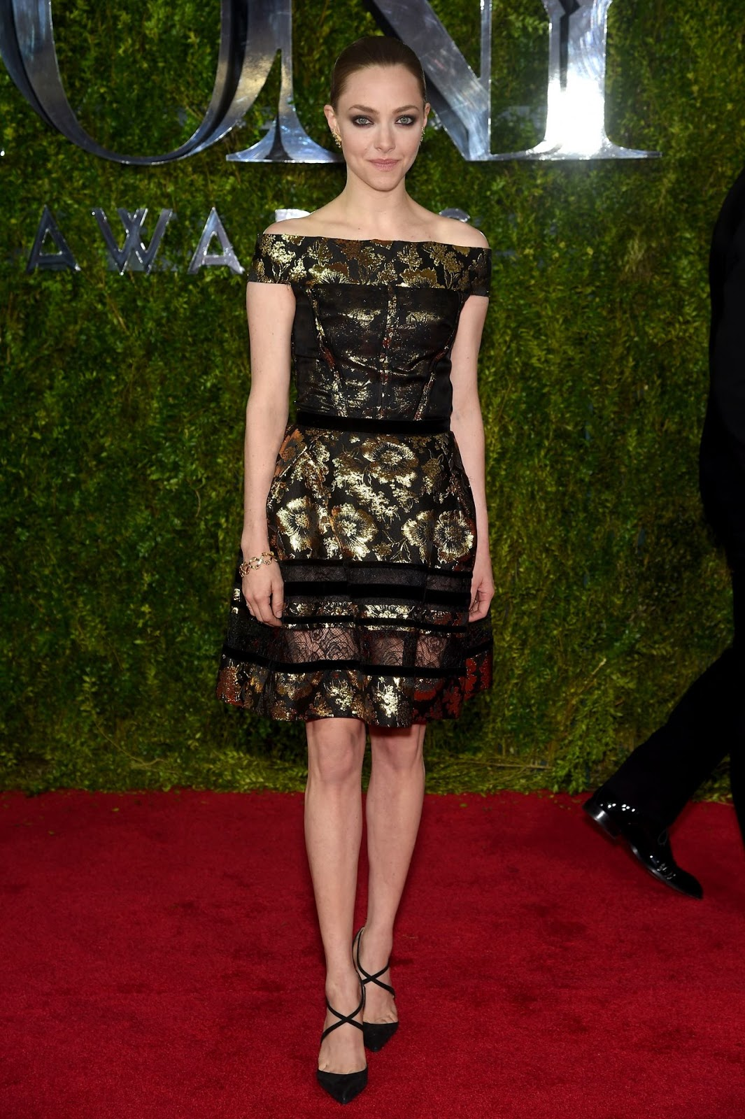 Amanda Seyfried is stunning in an off shoulder dress at ...