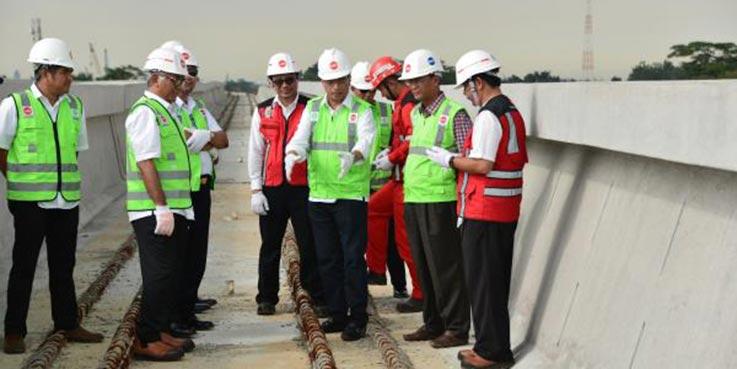 Menteri Perhubungan Budi Karya Sumadi saat melakukan peninjauan proyek LRT di Kilometer 13 Tol Jagorawi.