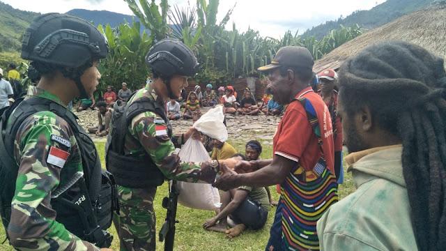 Wujud Belasungkawa, Satgas Pamtas RI-PNG Berikan Bantuan Kepada Warga Yang Sedang Berduka
