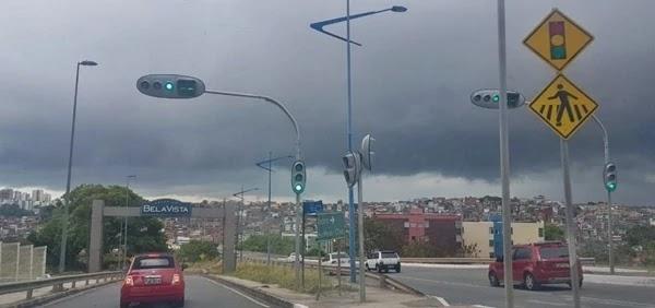 Após dar uma breve trégua durante a semana, a chuva voltou a cair em Salvador e provocou alagamentos em diversas vias na manhã de hoje (4).