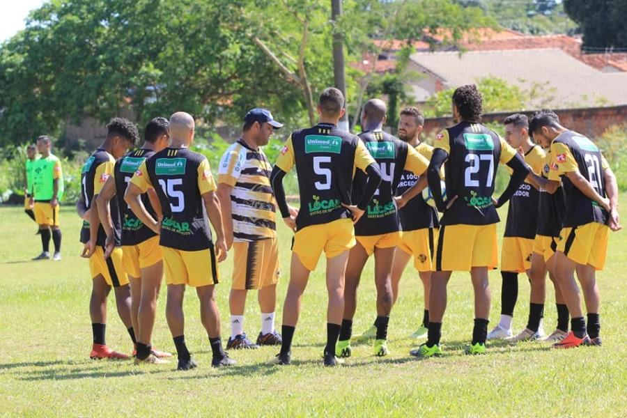 Gianni Freitas conversa com jogadores do Mixto