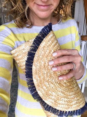 Com o mercado de moda voltando seu olhar para os produtos artesanais, as bolsas feitas em palhas naturais estão fazendo sucesso com as fashionistas, que apostam em modelos coloridos e cheios de adereços