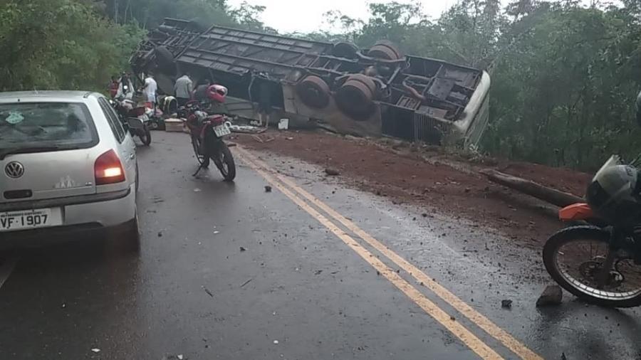 Ônibus com 51 passageiros capota na estrada em Minas Gerais