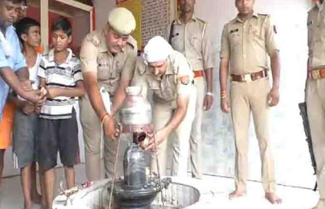 मुस्लिम SI ने मंदिर में जलाभिषेक कर निभाई ड्यूटी - newsonfloor.com