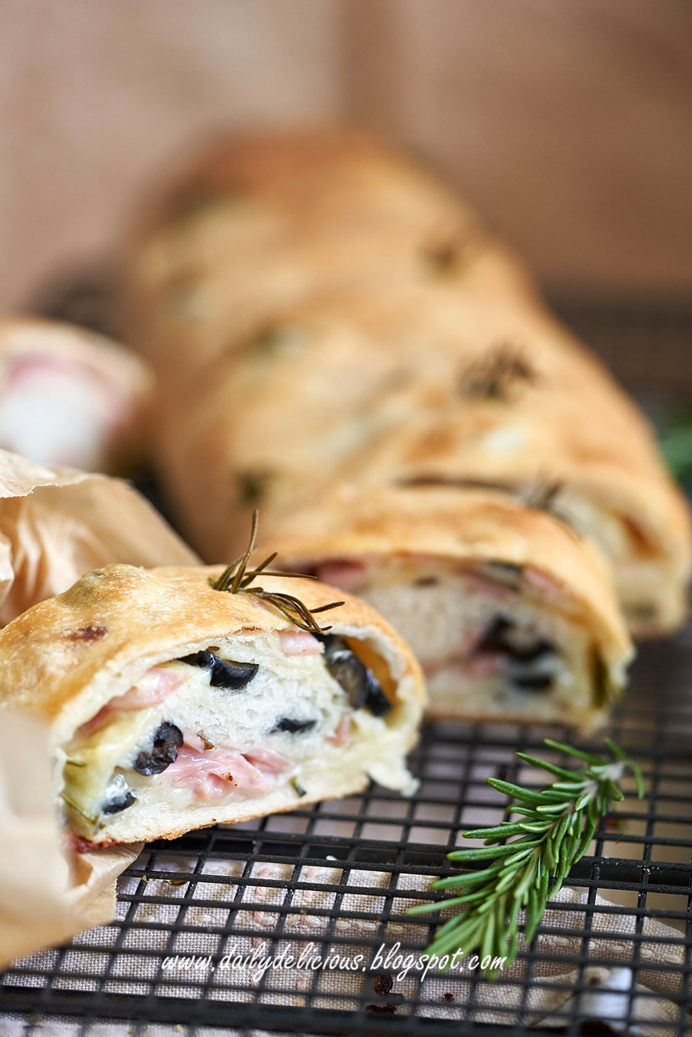 dailydelicious: Stromboli: Ham and cheese filled bread