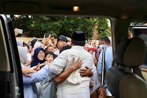 Enthusiastic residents welcomed Prabowo to visit the wounded