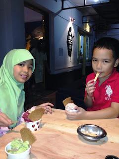 makan es krim museum angkut malang wisata edukasi seru di kota batu jawa timur nurul sufitri blogger mom lifestyle pegipegi liburan tempat wisata indonesia