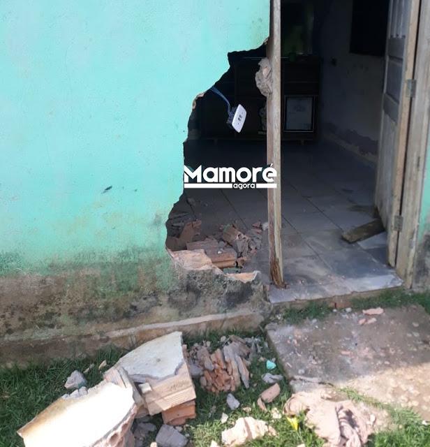 Caminhonete do Ibama destrói porta de residência na Sétima Linha do Ribeirão
