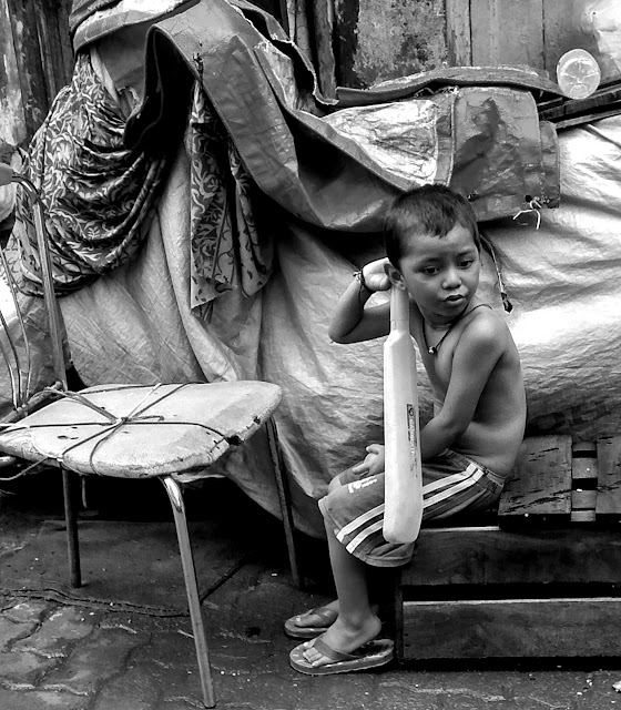 monochrome monday, black and white weekend, black and white, child, cricket bat, waiting, girgaon, mumbai, incredible india, street, street photography,
