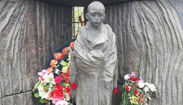 В Петербурге избили бутылками памятник узникам нацизма