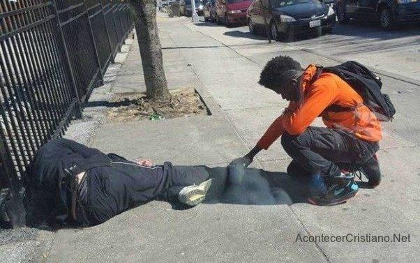 Adolescente ora por mendigo que dormía en la calle