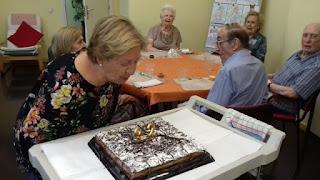 Usuària d'Aviparc bufant les espelmes del seu pastís d'aniversari