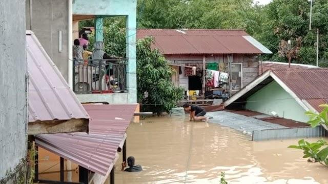 Cerita Korban Banjir Medan, Tak Sangka Bisa Lintasi Banjir Setinggi Dada, Padahal Gendong 2 Anak