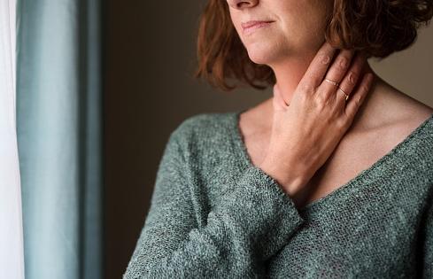 Penyakit Laringitis Pada Manusia Pengertian Laringitis Laringitis adalah suatu kondisi dimana pita suara membengkak sehingga suara menjadi serak. Pita suara adalah lipatan membran mukosa pada laring. Saat meradang, suara yang terbentuk dari udara yang melewati pita suara menyebabkan suara parau. Laringitis biasanya hilang dalam waktu 2-3 minggu, namun penyakit ini dapat bertahan lebih lama, sehingga disebut dengan laringitis kronis. Laringitis kronis membutuhkan waktu yang lebih lama untuk sembuh, tergantung penyebabnya.  Tanda dan Gejala Laringitis Gejala utama laringitis yaitu suara menjadi lebih berat, serak, atau hilang. Gejala lainnya dapat berupa : Demam Batuk kering Sakit tenggorokan Leher mendongak Hidup tersumbat Pembesaran kelenjar getah bening atau kelenjar di leher  Penyebab Laringitis Penyebab paling sering yaitu karena flu atau terlalu banyak menggunakan suara (menyanyi atau berteriak) dan infeksi virus. Terdapat pula beberapa penyebab lain yang diantaranya sebagai berikut : Reaksi alergi Infeksi Bronkitis Gastroesophageal reflux disease (GERD) Trauma Bahan kimia dan stimulator Pneumonia Infeksi saluran pernapasan atas akut Beberapa bentuk laringitis pada anak dapat menyebabkan obtruksi (penyumbatan) saluran napas yang berbahaya dan dapat menyebabkan kemarian, seperti penyakit croup dan epiglotitis.  Faktor Risiko Laringitis Ada banyak faktor risiko untuk laringitis, yang diantaranya adalah : Infeksi saluran napas, seperti flu, bronkitis, sinusitis Paparan terhadap bahan iritan seperti asap rokok, meminum asam yang terlalu banyak, atau bahan kimia saat bekerja Menggunakan suara secara berlebih, seperti bicara terlalu banyak, terlalu keras, berteriak, atau menyanyi  Nah itu dia bahasan dari penyakit laringitis pada manusia, melalui bahasan di atas bisa diketahui mengenai pengertian, gejala, dan penyebab dari penyakit ini. Mungkin hanya itu yang bisa disampaikan di dalam artikel ini, mohon maaf bila terjadi kesalahan di dalam penulisan, terimakasih telah