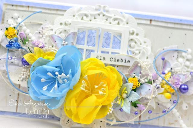 Zbliżenie na detale kompozycji kartki stworzonej do palety barw: kompozycja kwiatowa utrzymana w odcieniach błękitu i koloru żółtego