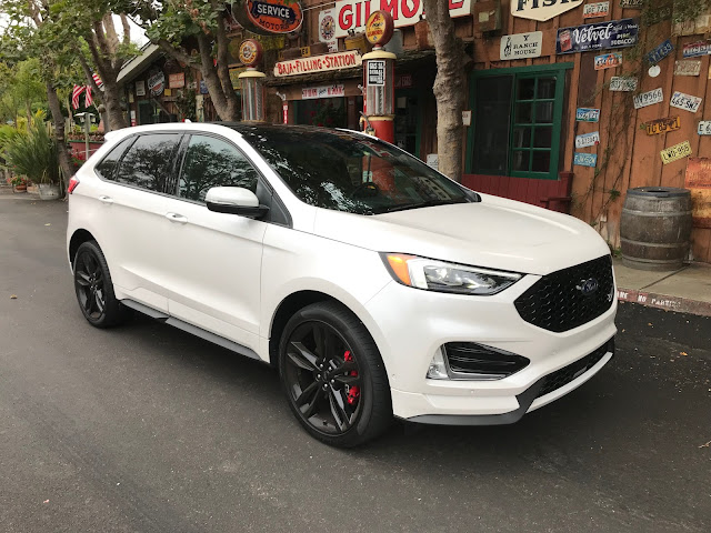 Front 3/4 view of 2019 Ford Edge ST