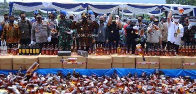Jaga Masyarakat dari Barang Ilegal, Gubernur Arinal Pimpin Langsung Pemusnahan Tembakau dan Etil Alkohol