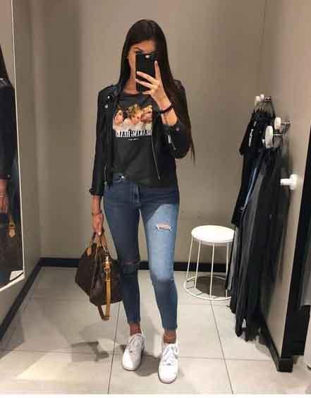Calça jeans, tshirt, jaqueta de couro e tênis