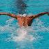 La natación puede ser una causa de dolor de espalda y Cómo evitar lastimarse mientras nada.