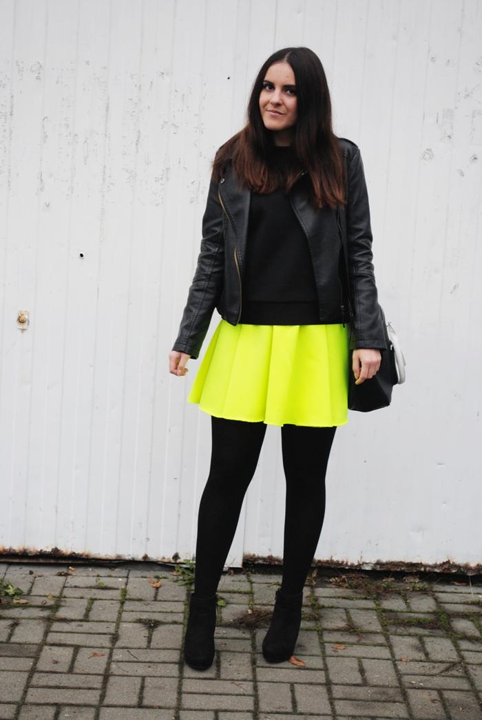 stylizacja z neonową spódnicą