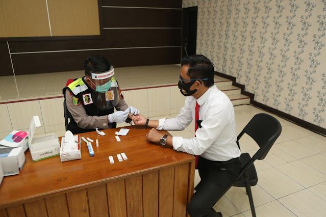 Cegah Penyebaran Covid-19, Pejabat Utama Polres Cilacap Lakukan Rapid Test