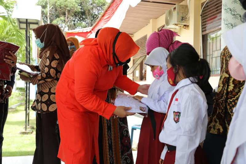 Libatkan Marlin Agustina, Disdik Bagikan Seragam Gratis untuk Siswa di Hinterland Kecamatan Galang