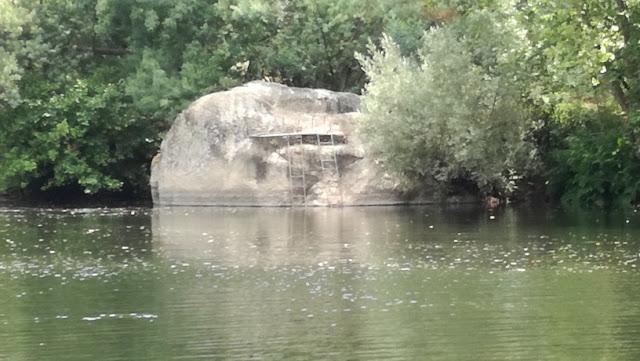 Grande Rocha para dar saltos para a água no Rio Tâmega