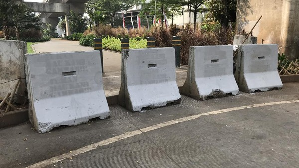 Viral 'Tuhan Kami Mau Gambar' di Barrier Jalan di Jaksel, Kini Sudah Dihapus