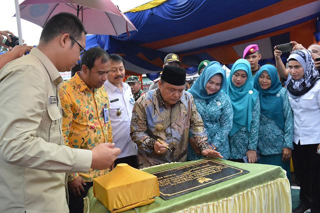 Bupati dan Ketua TP PKK Langkat Resmikan Tugu Simpang Durian Mulo