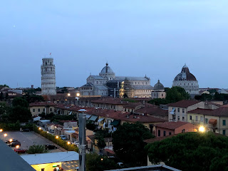 屋根の上から見るピサの斜塔と洗礼堂