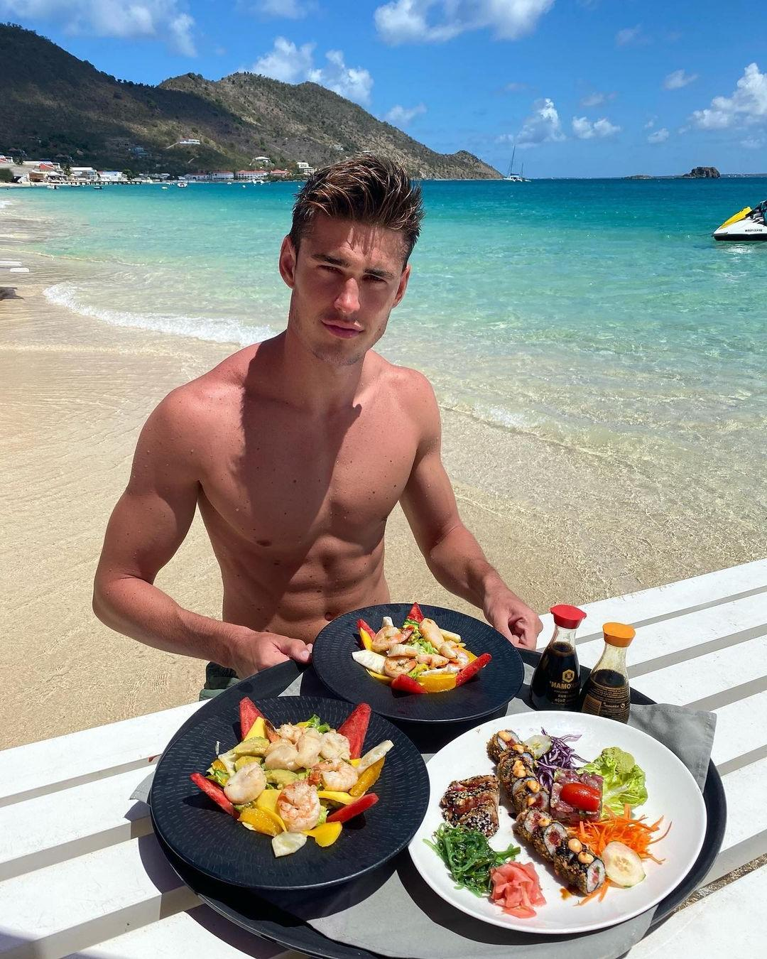 cute-fit-shirtless-guy-victor-perr-sea-vacation-beach-restaurant-eating-food