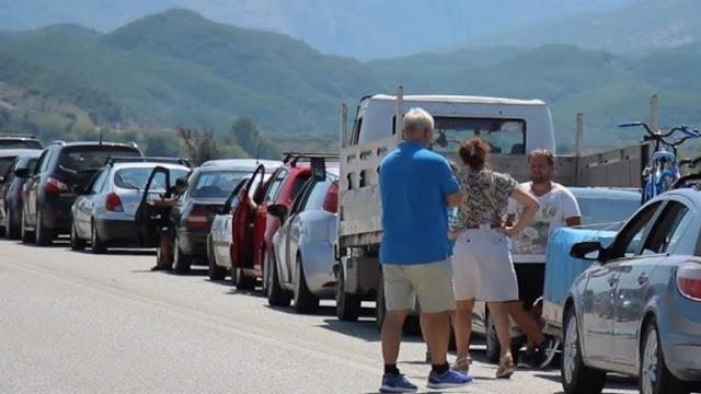 Centinaia di albanesi aspettano in fila per entrare in Grecia, pericolo di COVID-19