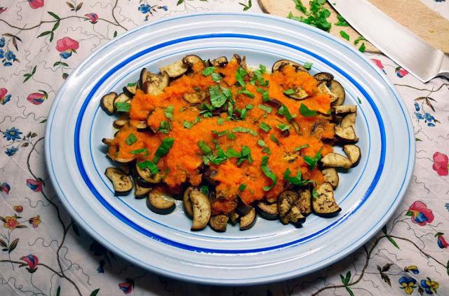 GASTRONOMIA: Berenjenas con pasta de tomate picante: receta vegetariana rápida y saludable.