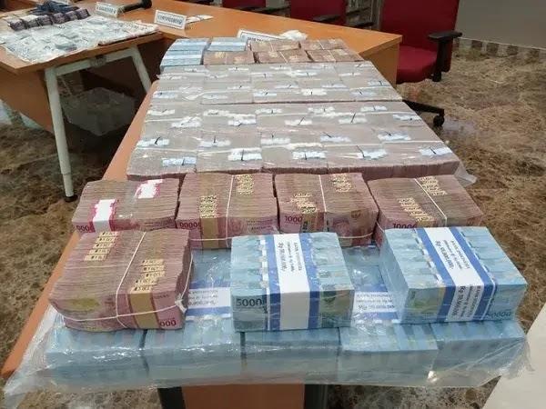 Tumpukan Duit 9 Miliar Rupiah, Barang Bukti Pembobolan Bank dan Grab