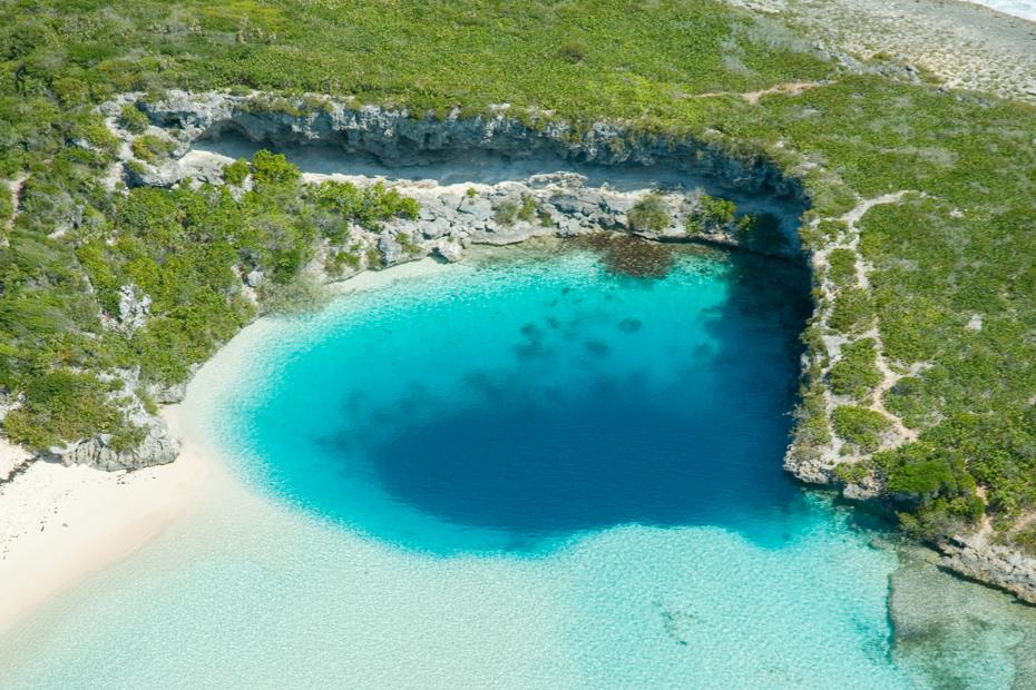 Прыжок в голубую дыру на острове Лонг-Айленд на Багамах