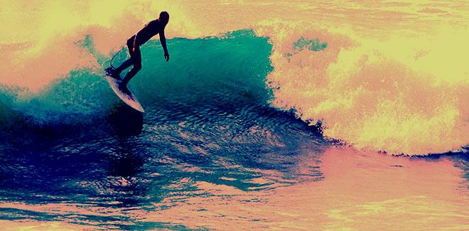 Surfer al atardecer. Rodrigo L. Alonso