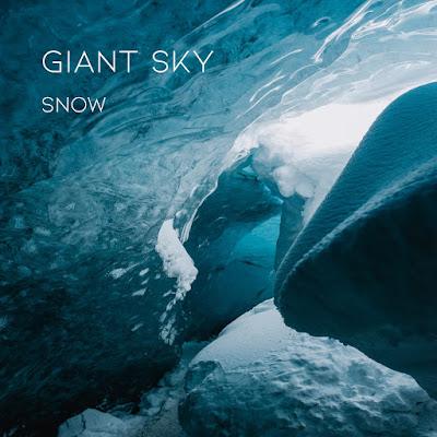 """La mélancolie est latente dans """"Snow"""", un titre qui reflète la période de confinement"""