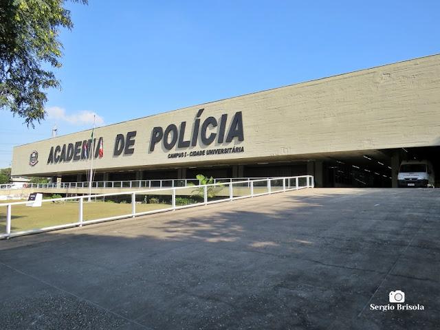 Vista ampla da fachada da Academia de Polícia Dr. Coriolano Nogueira Cobra (Acadepol) - Butantã - São Paulo