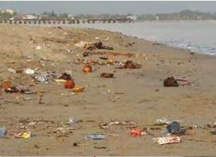 Contaminación en la playa. Basura sobre la arena