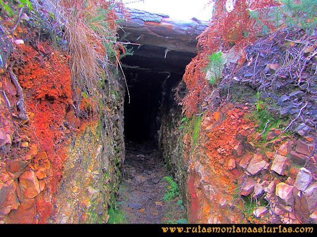 Rutas Montaña Asturias: Entrada en el nido de ametralladora en Peña Escrita