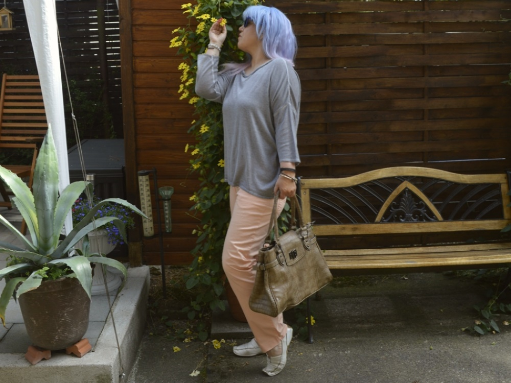 Apricot Summer Day Outfit -  Summer Outfit with pastel apricot Jeans, grey Jumper  and white Leather Loafers - posted by Annie K, Fashion and Lifestyle Blogger, Founder, CEO and writer of ANNIES BEAUTY HOUSE - a german fashion and beauty blog