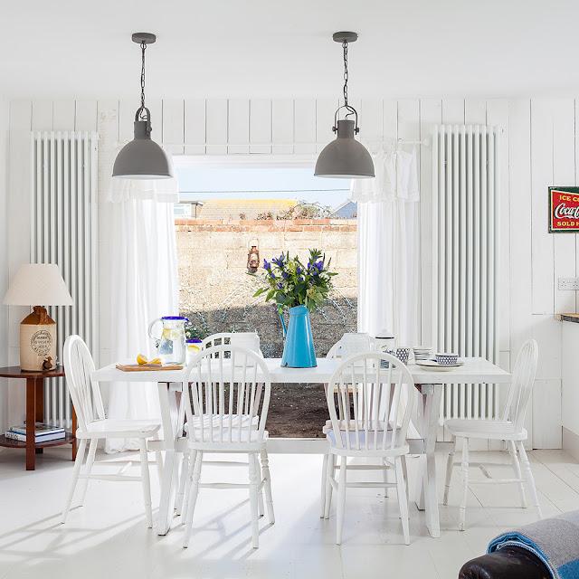 sufragerie cu masa si scaune albe