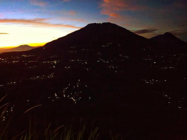 foto pemandangan di puncak gunung andong
