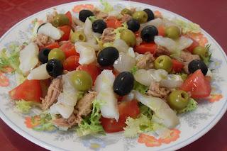 Receta de ensalada de escarola con bacalao y atún.