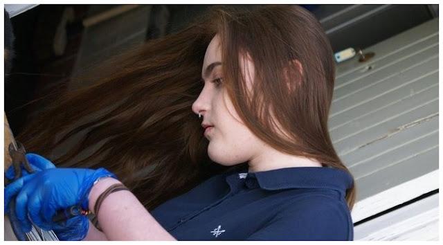 Fotografia de Sydney Langton trabalhando na taxidermia