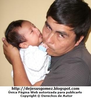 Foto de papá cargando a su hijo. Imagen de papá tomada por Jesus Gómez