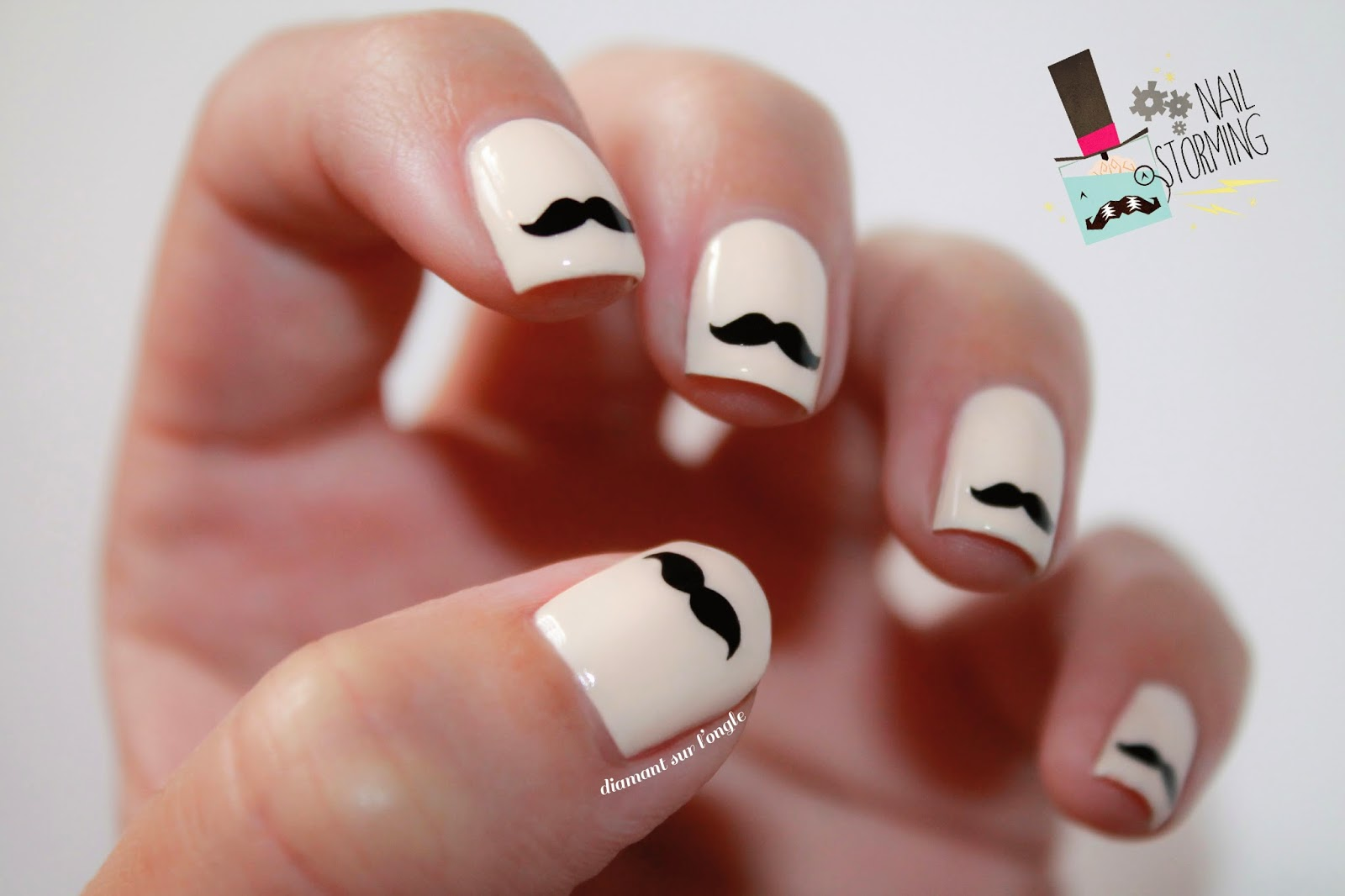 http://diamantsurlongle.blogspot.fr/2013/11/movember-nailstoming-moustache.html