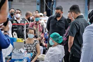 Pedagang di Medan Jalani Vaksinasi Covid-19, Bobby Nasution Ingatkan Para Pedagang Setelah 14 Hari untuk Kembali Mengikuti Vaksinasi Kedua
